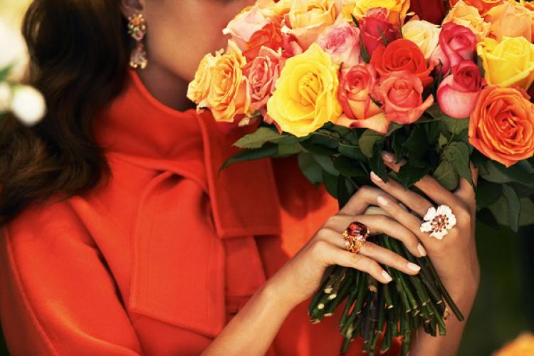 Ногти и букет свежих роз