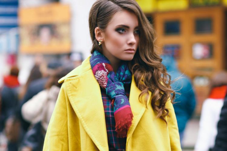 Осеннее пальто яркого цвета